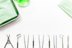 I denti si preoccupano con gli strumenti del dentista nel modello bianco di vista superiore del fondo dell'ufficio del ` s di med Fotografia Stock