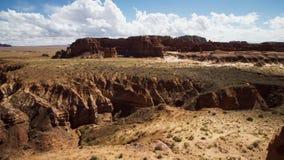 I deserti rocciosi sono bruciacchiati dal sole e sono raschiati dalla sabbia windblown La roccia del deserto è modellata nei lans fotografia stock libera da diritti