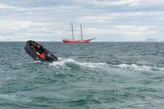 I det grova havet - Kodiak som går tillbaka till mothershipen, Svalbard fotografering för bildbyråer