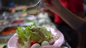 I det industriella köket av en snabbmatrestaurang Ingredienser för sallad arkivbild