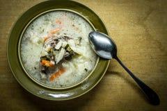 I det polska köket traditionell polsk kokkonst, smaklig gurkasoppa för förberedelse Arkivfoton
