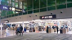 I det shoppa området av den Singapore flygplatsen Royaltyfria Foton