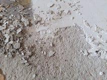 I detriti del cemento nocivi hanno scheggiato incrinato da deterioramento di tempo fotografia stock