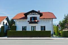 I dettagli architettonici vicino al lago hanno sanguinato in alpi slovene Fotografie Stock