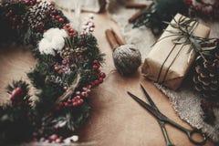 I dettagli del Natale rustico si avvolgono Rami dell'abete con berrie rosso immagini stock libere da diritti