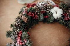 I dettagli del Natale rustico si avvolgono Rami dell'abete con berrie rosso fotografia stock