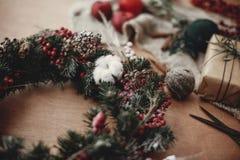 I dettagli del Natale rustico si avvolgono Rami dell'abete con berrie rosso fotografia stock libera da diritti