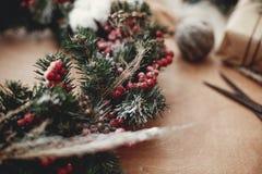 I dettagli del Natale rustico si avvolgono Rami dell'abete con berrie rosso fotografie stock