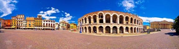 I Di romani Verona dell'arena dell'anfiteatro ed il reggiseno della piazza quadrano il panoram Fotografia Stock Libera da Diritti