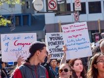 I dimostranti marciano con i vari segni a marzo per il nostro raduno di vite Fotografie Stock