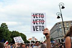 I dimostranti si radunano davanti al palazzo presidenziale a Varsavia fotografia stock