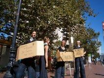 I dimostranti tengono i segni che dicono le cose la corruzione sulla parete Stree Fotografia Stock Libera da Diritti