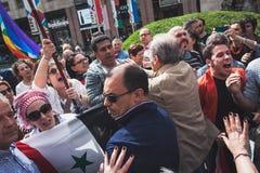 I dimostratori Pro-palestinesi contestano la brigata ebrea durante la parata del giorno di liberazione a Milano Immagine Stock