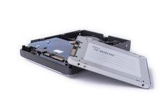 I dischi rigidi e SATA semi conduttore guida sui precedenti bianchi, Immagini Stock Libere da Diritti