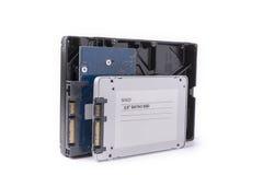 I dischi rigidi e SATA semi conduttore guida sui precedenti bianchi, Fotografia Stock