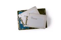 I dischi rigidi e SATA semi conduttore guida sui precedenti bianchi, Immagine Stock