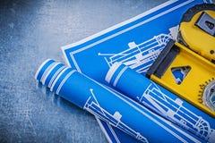 I disegni di ingegneria blu livellano la linea del nastro su fondo metallico Fotografie Stock