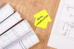 I disegni o i diagrammi e la casa elettrici modellano con il conctruction della casa del testo, sviluppante il concetto domestico Fotografia Stock Libera da Diritti