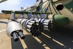 I dispositivi d'attaccatura del lancio e della pistola per i missili incontrollati hanno montato sull'elicottero militare MI-8AMT Immagini Stock