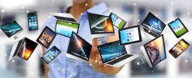 I dispositivi di collegamento '3D di tecnologia della donna di affari rendono l'un l'altro Fotografia Stock Libera da Diritti
