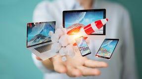 I dispositivi di collegamento di tecnologia della donna di affari ed il razzo startup 3D si strappano Immagini Stock Libere da Diritti