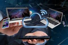 I dispositivi gradiscono lo smartphone, la compressa o il computer sorvolare il connecte Fotografie Stock Libere da Diritti
