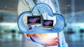 I dispositivi gradiscono lo smartphone, la compressa o il computer visualizzati in una nuvola Fotografie Stock