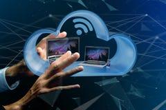 I dispositivi gradiscono lo smartphone, la compressa o il computer visualizzati in una nuvola Immagini Stock
