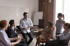 I diversi impiegati confrontano le idee dividendo le idee alla riunione dell'ufficio immagini stock