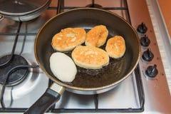 I dolci casalinghi sono fritti in una padella Immagini Stock Libere da Diritti