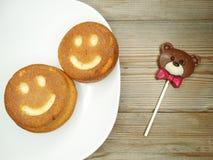 I dolci ed il cioccolato creativi dell'alimento sopportano per il giorno del ` s del biglietto di S. Valentino Immagini Stock