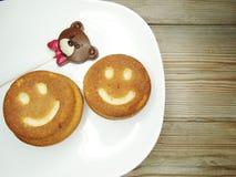 I dolci ed il cioccolato creativi dell'alimento sopportano per il giorno del ` s del biglietto di S. Valentino Fotografie Stock Libere da Diritti