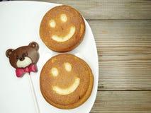 I dolci ed il cioccolato creativi dell'alimento sopportano per il giorno del ` s del biglietto di S. Valentino Fotografie Stock