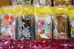 I dolci fanno un spuntino ed il ricordo del regalo e del prodotto alimentare al negozio locale Immagini Stock