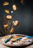I dolci, makaruns cadono su un vassoio di legno Fotografia Stock