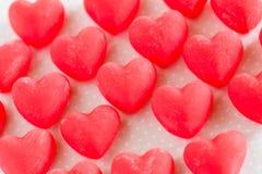 I dolci rossi di Candy del cuore del giorno di biglietti di S. Valentino si chiudono su Fotografie Stock