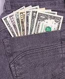 I dollari di fatture in jeans neri appoggiano la tasca Fotografie Stock