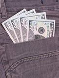 I dollari di fatture in jeans neri appoggiano la tasca Immagini Stock