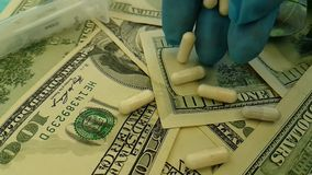 I dollari incapsula il farmaco costoso di concetto di investimento aziendale di terapia della politica medicinale della siringa,  stock footage