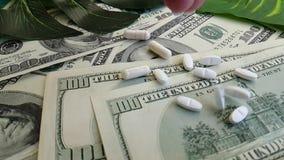 I dollari incapsula il farmaco sano di concetto di investimento aziendale di terapia, fucilazione lenta stock footage