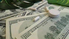 I dollari incapsula il farmaco sano di concetto di investimento di terapia della mano, fucilazione lenta archivi video