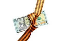 I dollari sono legati con nastro adesivo del regalo su un fondo bianco Immagine Stock Libera da Diritti