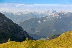 By i Dolomites, Passo Giau, fjällängar, Italien Arkivfoton