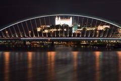 I dominants, il castello ed il ponte di Bratislava di notte immagini stock libere da diritti