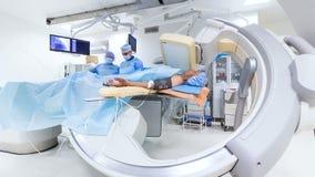 I dottori Perform Surgery per l'uomo nella sala operatoria archivi video