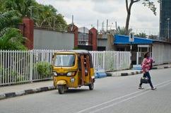 I driver dei tuks gialli del tuk maneggiano il loro commercio intorno a città portuale Immagine Stock Libera da Diritti
