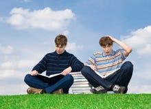 I due allievi con il libro Immagini Stock