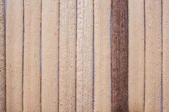 I due colori di legno hanno allineato il fondo fotografie stock