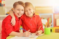 I due fratelli disegna con le matite Fotografia Stock Libera da Diritti
