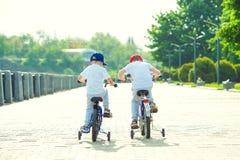 I due fratelli guida una bicicletta sul lungomare immagini stock